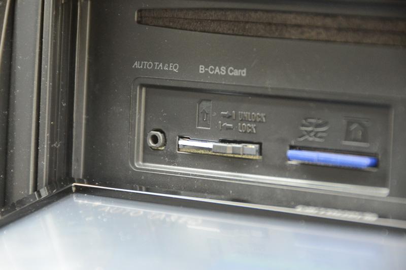 B-CASカードスロットの左に「AUTO TA&EQ」マイク用のジャックがあるので、そこにマイクを接続する