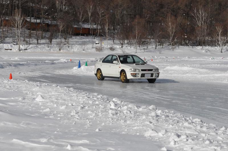 フリー走行枠では、50分間×3本と思い切り氷結路を走ることができる。写真はハンドリングエリア