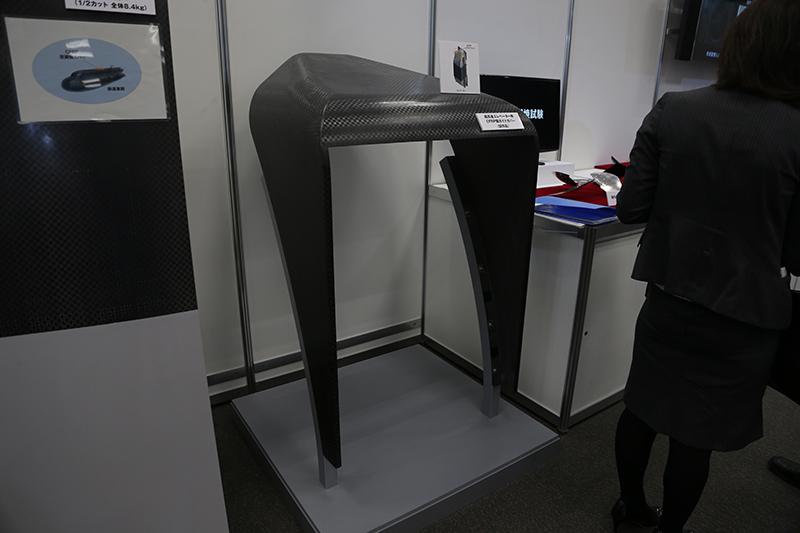 高速エレベーター用のCFRP製ガイドカバー(試作品)