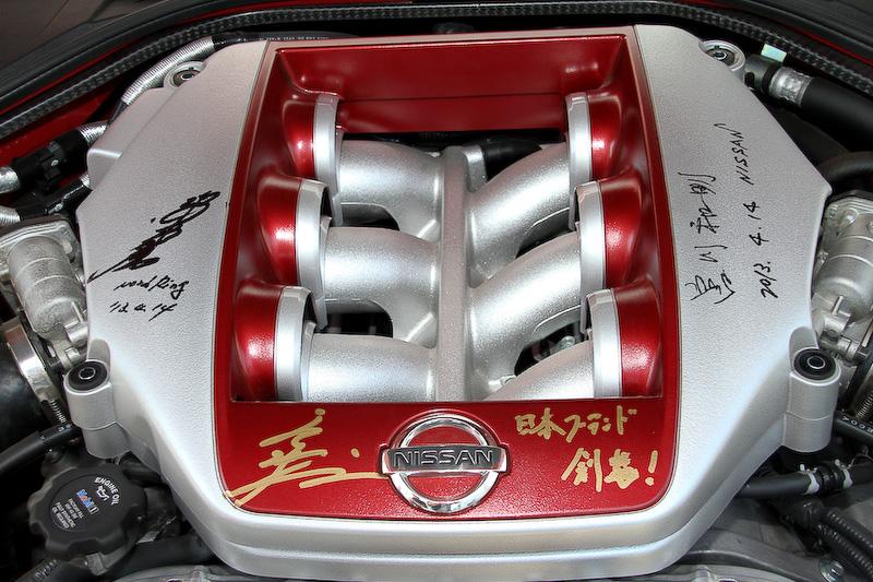 """3人の""""ミスターGT-R""""にサインをいただいたエンジンカバーは、新しい愛車である2013年モデルに装着した"""