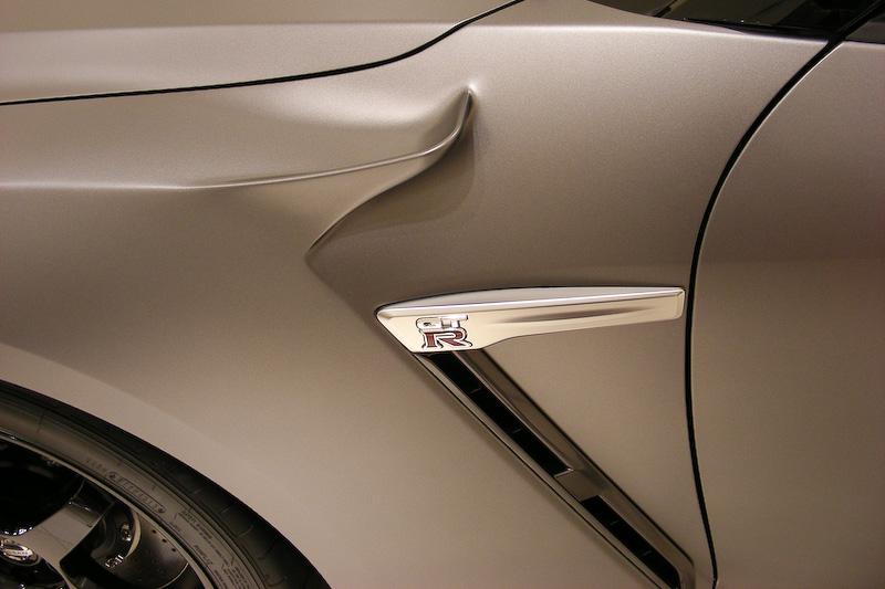 商談スペースにはGT-R NISMO専用オプション「NISMO N ATTACK PACKAGE」装着車が展示されていた。こちらは2014年夏発売予定。当初500万円前後と言われていたが、700万円前後となる見込みだそうだ。GT-R NISMO発注時に同時装着発注も可能で、その場合の価格は2200万円近くになるとのこと