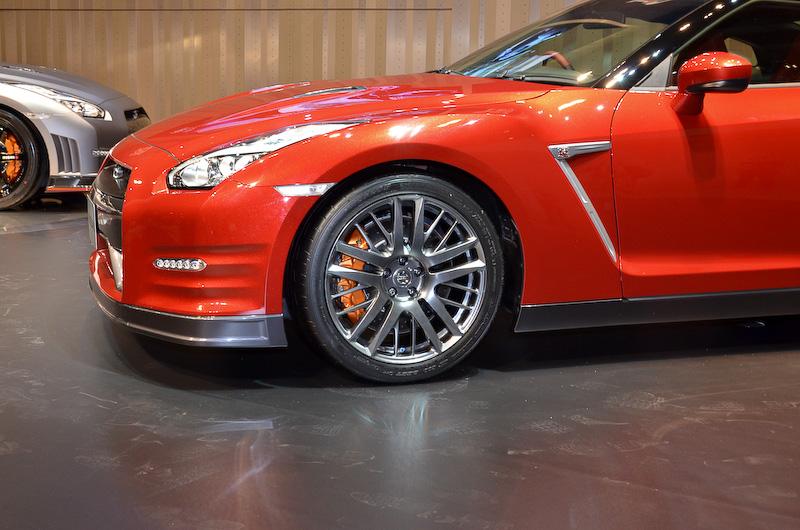 車高や最低地上高のスペックに変更はないが、実はタイヤハウスの隙間が増えている2014年モデルのGT-R