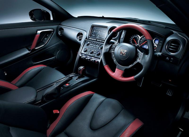 BLACK EDITIONは内装の満足度が高いグレード。特に2013年モデルから採用されたステアリング上部のアクセントカラーがおしゃれだ