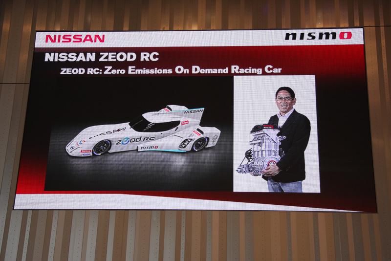 """特異なスタイルを2012年の「デルタウイング」から受け継ぐ電力駆動レーシングカー「Nissan ZEOD RC」。ル・マンのサルト・サーキットを1周(13.6km)するモーター駆動力を備えるほか、モノブロックの直列3気筒1.5リッターターボエンジンを搭載。このエンジンはNISMOの宮谷取締役社長が""""歯を食いしばらなくても笑顔で抱えられる""""という40kgの重量ながら、最高出力は400PSを発生するという"""