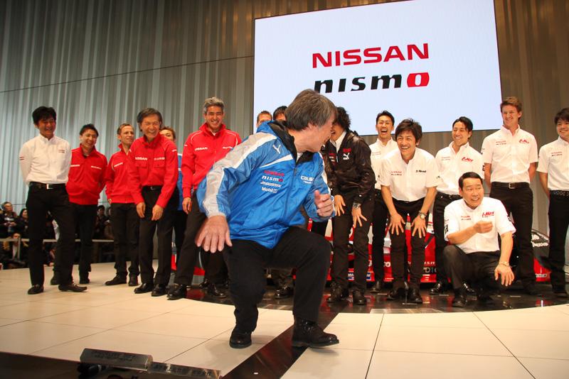 登壇者全員でのフォトセッションにあたり、おもむろに前に出て「いけね、ここじゃないのか!?」とおどけてみせる星野監督。日本レース史上のレジェンドながら、日産チームのムードメーカーとしても強烈な存在感を発揮している