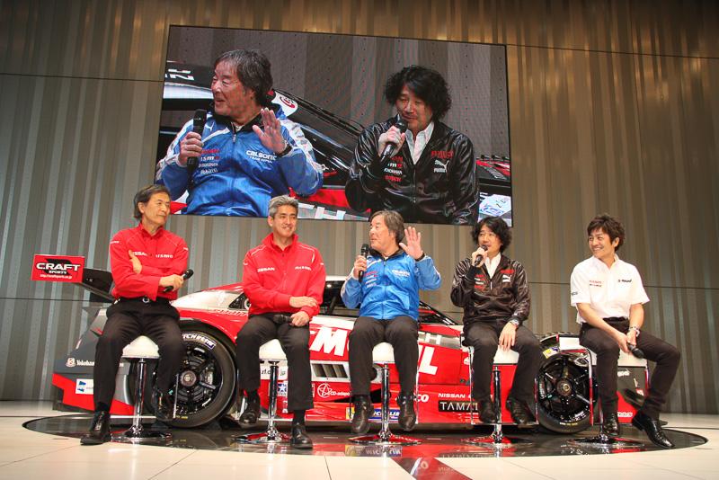 SUPER GT GT500クラスの監督5人のよるトークセッション。入れ替わりの多かった選手についてや今シーズンに向けての意気込みなどが語られ、司会者からの「第1戦はうちが勝つぞ!という監督は挙手を」との呼びかけに、全員が手を上げて応えたほか、星野監督からエンジン開発も担当する鈴木監督に「ホントに大丈夫なんだろうな!?」と問いかけるシーンも