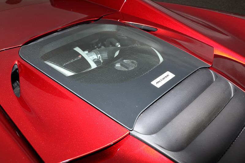 V8エンジンは後方に搭載、ガラスハッチからエンジンの様子を伺うことができる。ハッチが後方のパネルと噛み合ってないのは段差から排熱を行うため