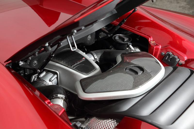 エンジンにはカーボンのカバーがかけられており、ハッチを開けても全貌を見ることはできない。エンジンはV型8気筒3.8リッターツインターボ「M838T」で、最高出力460kW(625PS)/7500rpm、最大トルク600Nm/3000-7000rpmを発生