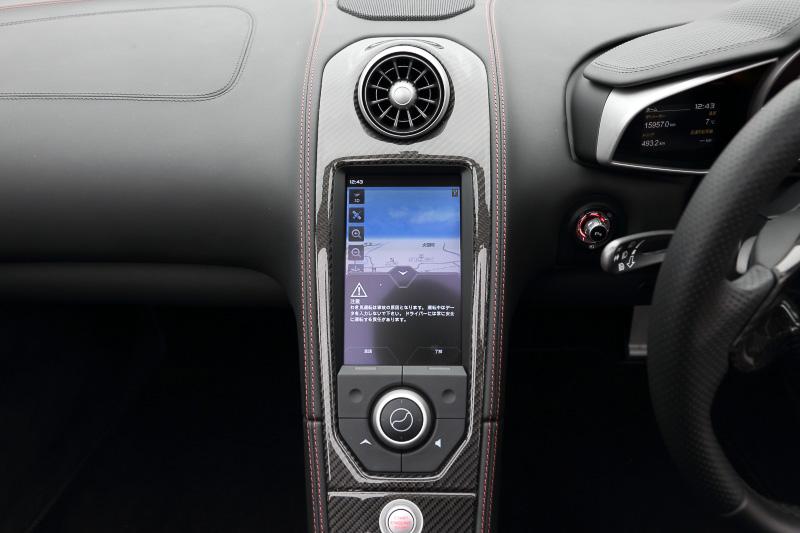 ナビゲーションやオーディオだけでなく各種情報を表示する液晶パネル