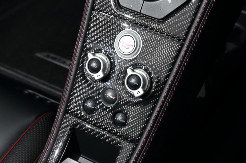 エンジンスタートボタンと、トランスミッションの動作モードなどの切り替えスイッチ