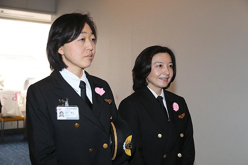 今回のフライトを担当した藤明里機長(写真右)と田村明子副操縦士
