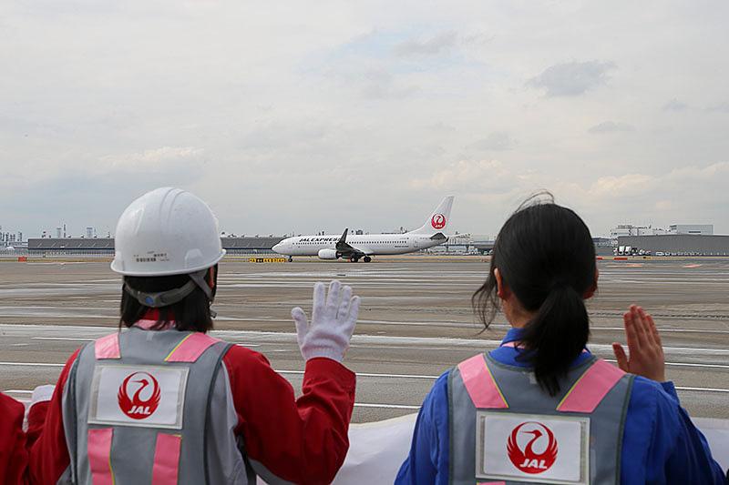 スタッフに見送られながらJAL1785便は無事に離陸していった