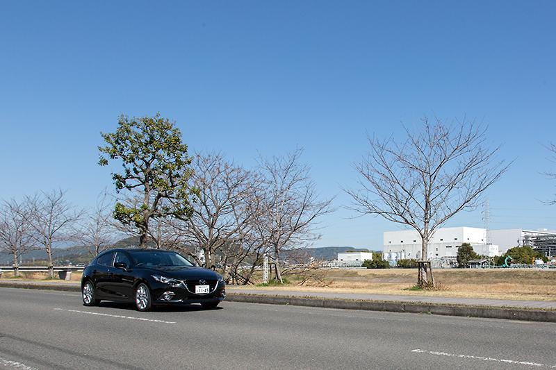 鹿児島空港から一般道で南へ向かう。当日は天気もよく、旅の気分がさらに盛り上がる。写真で右に見えるのは、ソニーセミコンダクタ 鹿児島テクノロジーセンター。デジタルカメラのイメージセンサーの生産工場として世界的に有名