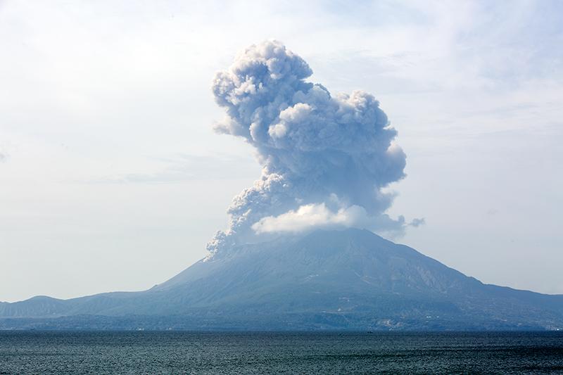 国道220号から東九州道 国分ICを経て鹿児島空港へ。途中、桜島から噴煙が上がるのを見ることができた