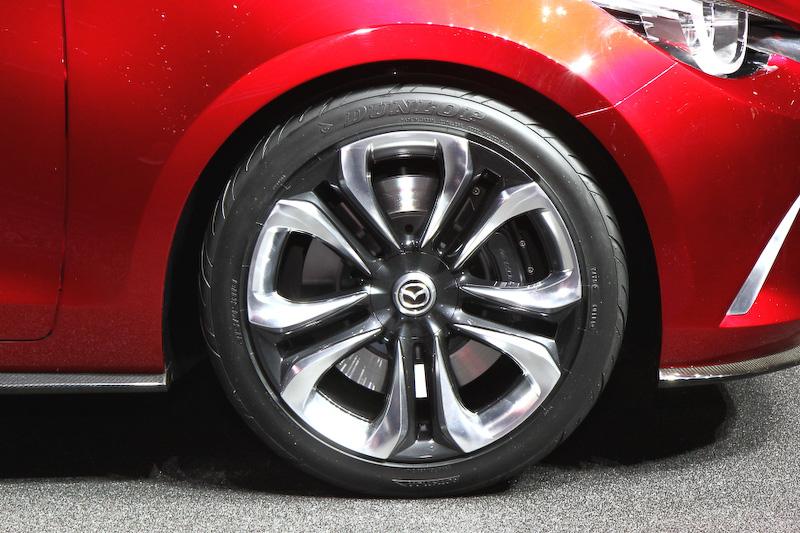 ワールドプレミアされた「跳(HAZUMI)」。カラーリングは最近のマツダ車のテーマとなっているソウルレッド。ホイールは18インチ(8J)を装着だが、コンセプトカーということもあってやや大径サイズを履いている