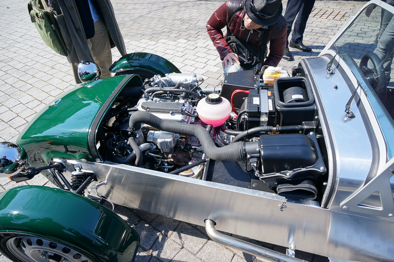 フロントノーズのエンジンルーム部。エンジンはスズキ製の直列3気筒 0.66リッター ターボで、最高出力は58.8kW(80PS)/5500rpm、最大トルクは107Nm(10.9kgm)/3400rpm