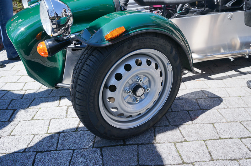 タイヤは前後ともにAVONのZF5を採用。タイヤサイズは155/65 R14
