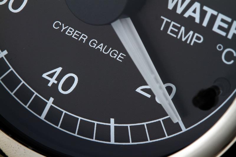 なにげなく見てしまう文字盤デザインだが、数字の書体とサイズは走行中の視認性のよさを第一に設定されたもの。目盛りの振り方、指針の形状や長さも同様。また、照明の明るさも重要になる。このメーター照明を決めるだけでも、ひと月近い時間が掛かっているという。レース中などの高速走行時はメーターを見るのも一瞬の視線移動が精一杯なので、見やすさもメーターの重要な性能になる