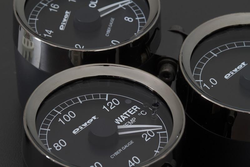 メーターに使用しているレンズは自動車メーカーが使うものと同じ品質のものを使用。光の反射への対策、事故などで万が一割れてしまったときの安全性など考えたうえのチョイス