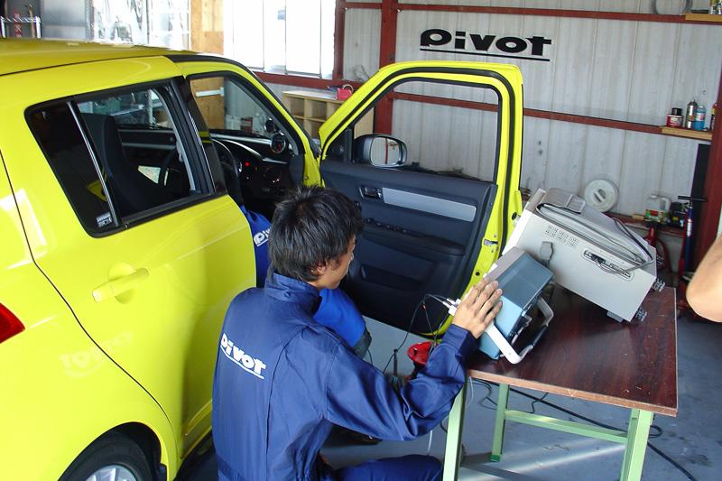 これは試作段階のテスト風景。クルマの車内は低温、高温とも非常に厳しい環境。とくにメーターなどは直射日光が当たる部分に設置されがちなので過酷さも高まる。それに対応するための温度試験も行う。動作状況については机上のチェックだけではなく、実車を使って行っている
