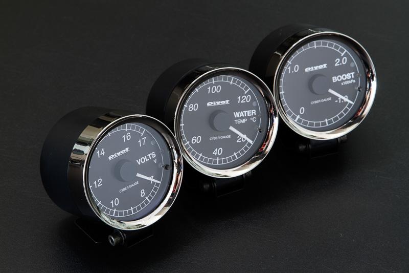「サイバーゲージ」シリーズのメーター類。左から電圧計、水温計、ブースト計となっており、ほかに油温計、油圧計、タコメーターがある。装着方法によって個々にセンサーを取り付けるセンサータイプと、車両の故障診断コネクターから信号を取るOBDタイプがある。価格はセンサータイプが1万5750円~3万1500円。OBDタイプは全モデル1万5750円