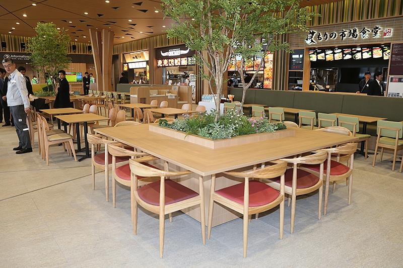 イスやテーブルも木製