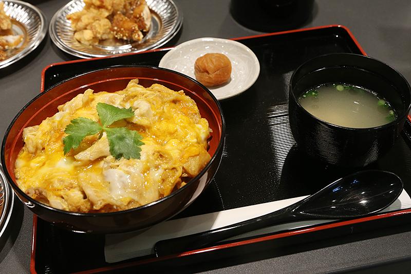 「名古屋コーチン親子丼」。価格は998円(4月1日以降は1036円。カッコ内の価格は以下同)