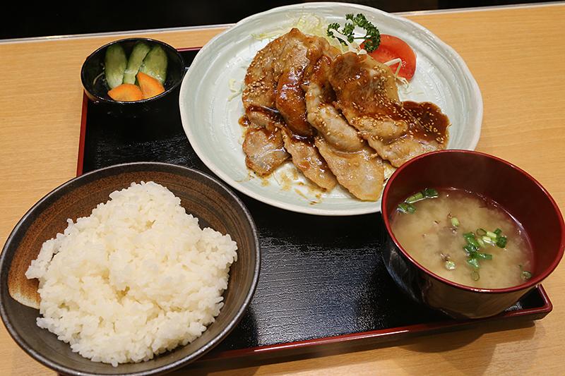 「ローズポークの生姜焼き定食」。価格は900円(920円)