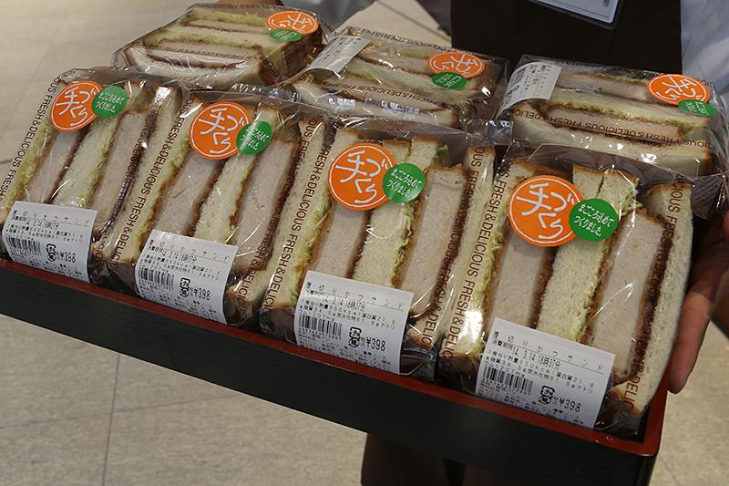 「まちかど厨房」では手作りの「厚切りかつサンド」などを販売する。価格は398円