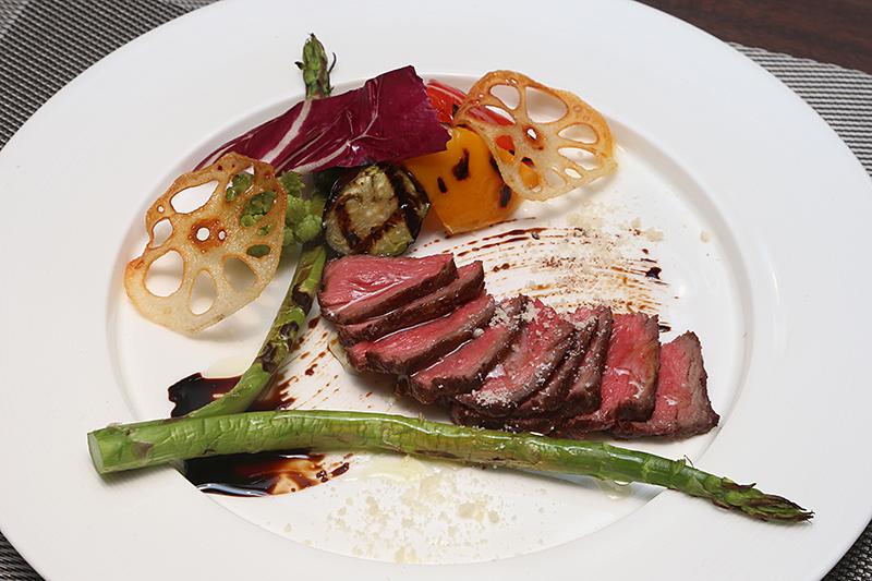 「瑞穂牛もも肉のタリアータ仕立て」。価格は2300円(2375円)