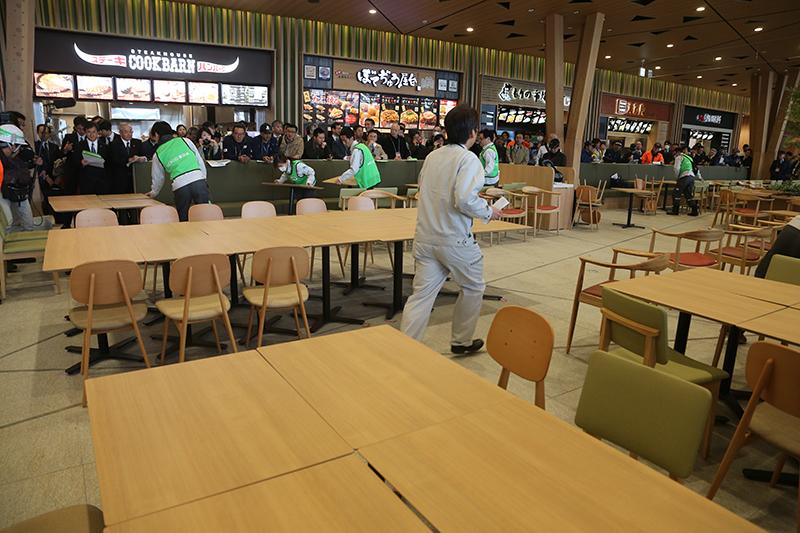 テーブルを組み合わせてホワイトボードを設置し、各機関ごとのスペースを作っていく
