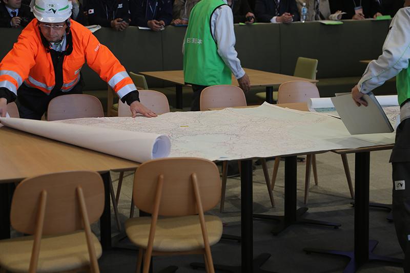 中央テーブルには情報共有するために使う大判の地図を配置