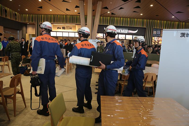 自衛隊や消防などが続々と到着し、通信機器を設置していく