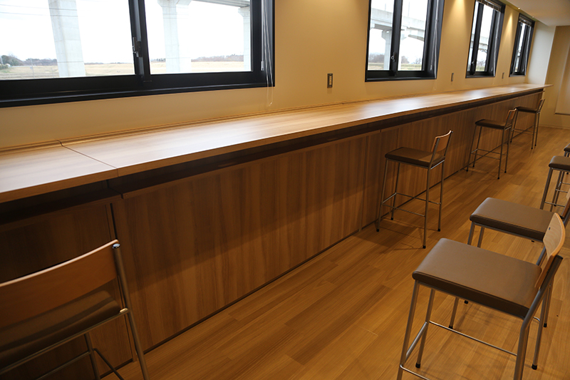バックヤードにある救護スペース。普段はスタッフの休憩室として利用されるが、有事の際には窓際のテーブルがベッドになる仕組み。軽傷の子供やお年寄りなどを収容する