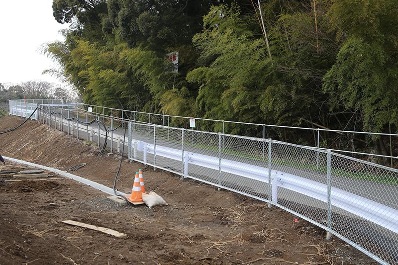高速道路から一般道に大型車両が抜けられるよう設置された「緊急開口部」