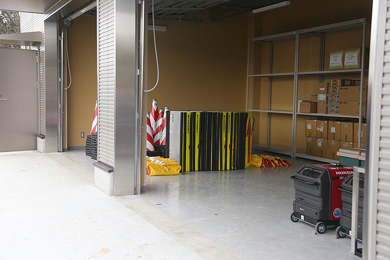 ヘリポートのすぐ隣には、エアテントや救護用品、食糧などを保存するための「防災倉庫」もある