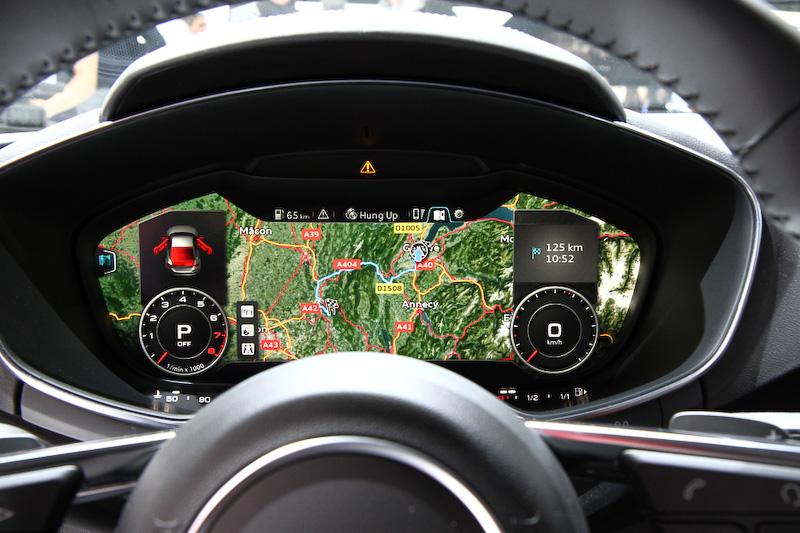 バーチャルコクピットとして12.3インチのモニターをメーターフードの中に装備。マルチファンクションディスプレイとなるこのモニターには、スピードメーターやタコメーター、車両情報に加えナビゲーションなども表示できる
