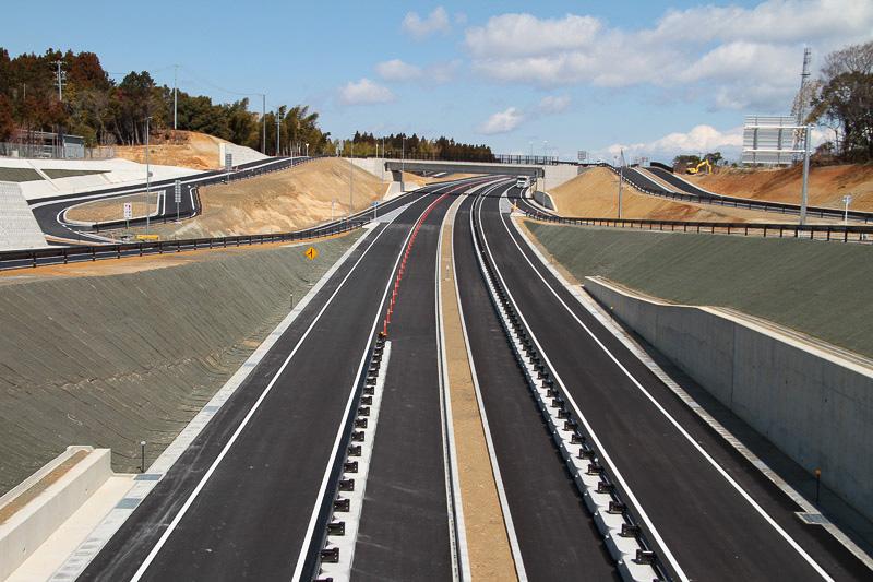 サーキット道路から立体交差で下をくぐる中勢バイパスを撮影
