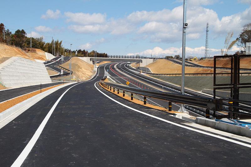 サーキット道路を左折して中勢バイパスへ向かう際の合流路