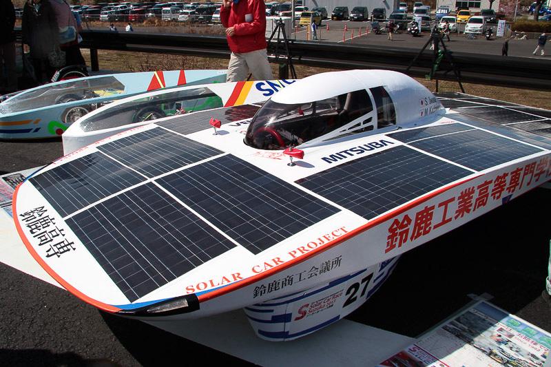 鈴鹿高専のソーラーカーとエコカーは天候不良で展示のみとなり生徒がステージで説明した