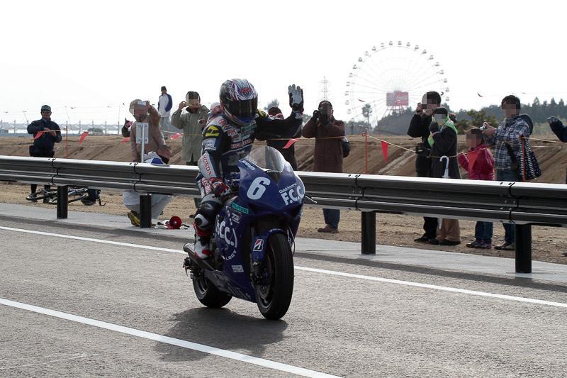 手を振りながら戻ってきた秋吉選手。遠くに鈴鹿サーキットの観覧車が見える