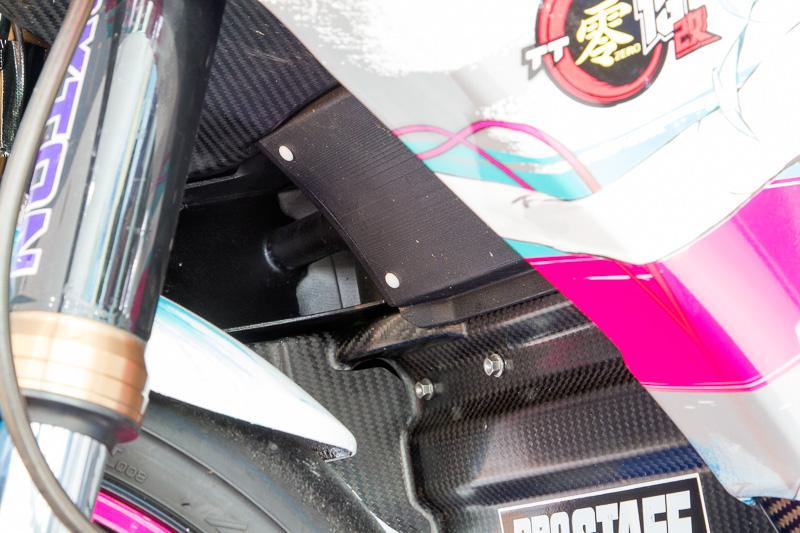 モーターやベアリングの冷却は重要なので、カウルの内外に走行風導入用のダクトが設けられていた