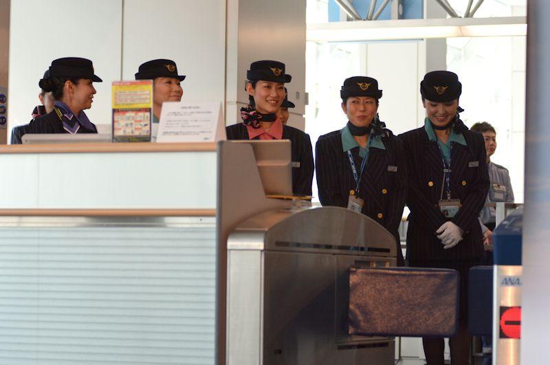 客室乗務員は1990年のボーイング747-400就航時の制服を着用