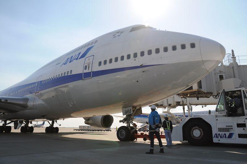 搭乗完了を待つJA8961