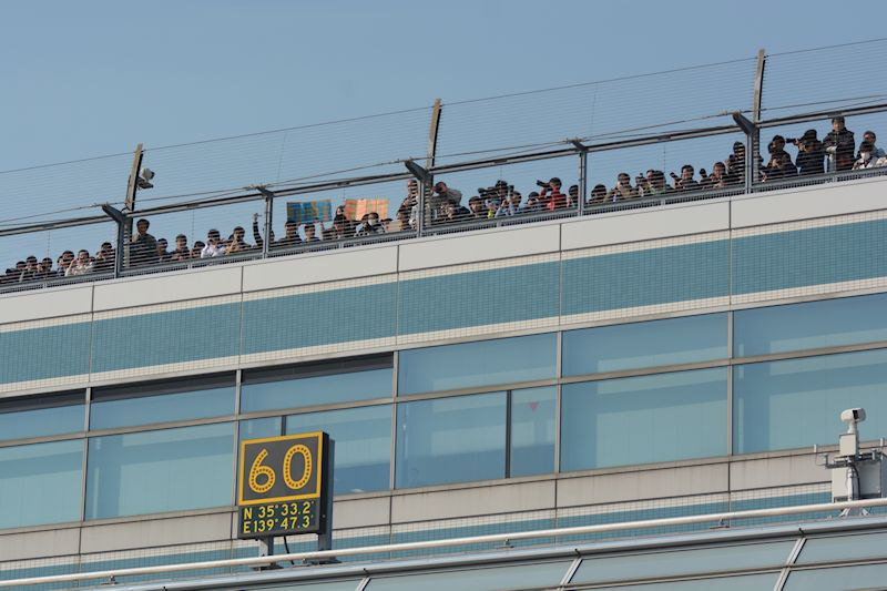 羽田最後の出発を見ようと60番スポットを中心に多くのファンが集まった