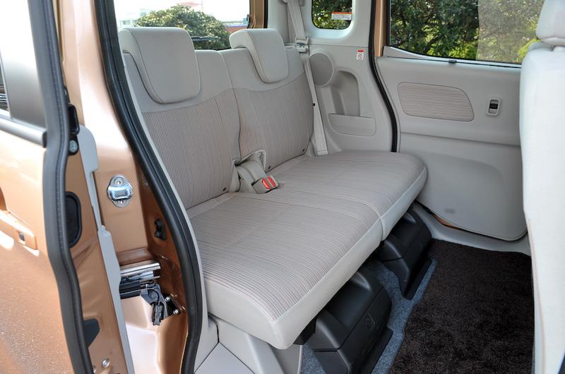 後席は左右独立で最大260mmのスライドが可能なほか、座面ごと前方にダイブダウンさせてフラットなラゲッジを作り出すことができる