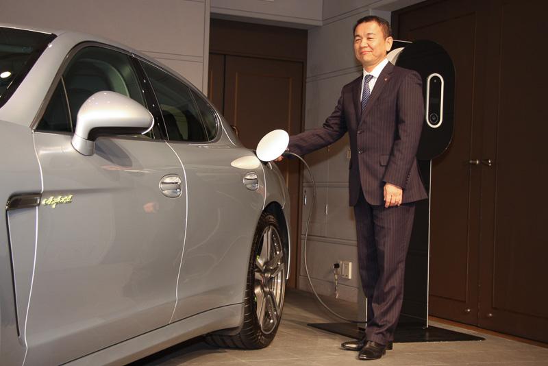 車両脇でのフォトセッションのあと、七五三木氏による充電デモンストレーションも行われた