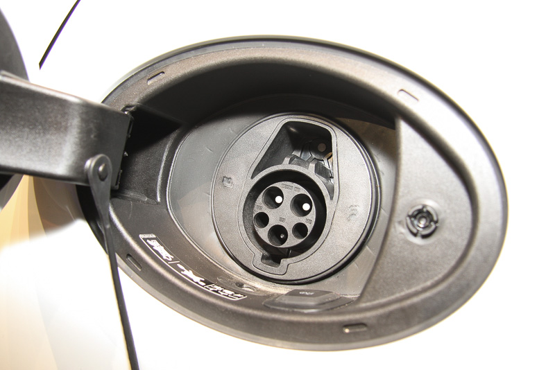 パナメーラS E-ハイブリッドは充電ポートを車両左後方に設定。逆サイドは給油口となる