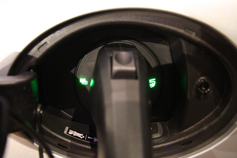 充電ソケット両脇に設定されたインジケーターで充電状態を表示。充電中は左側にあるバッテリーのアイコンが点滅する