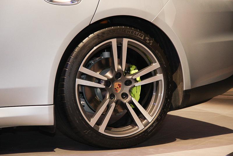 シルバーメタリックの展示車は20インチ「911ターボIIホイール」を装着